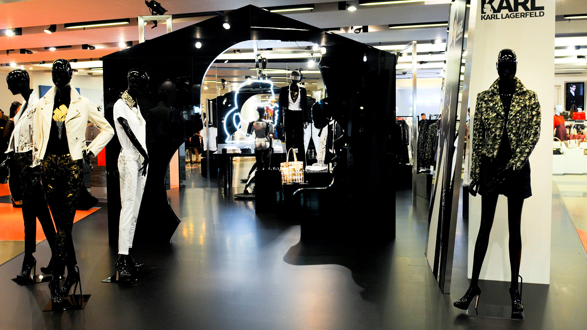 LIGANOVA | Karl Lagerfeld | POS Campaign – Special Window & Instore Installation | Insights